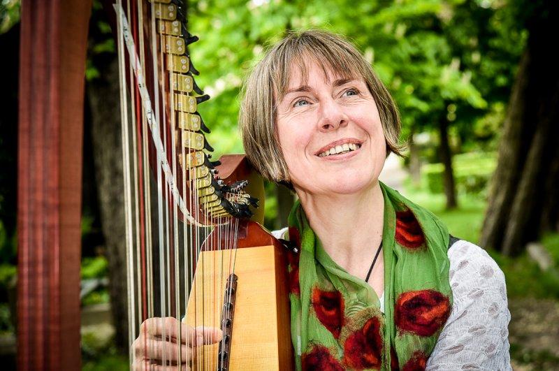 Agnes Barbara Kirst, Trauerrednerin mit Harfe